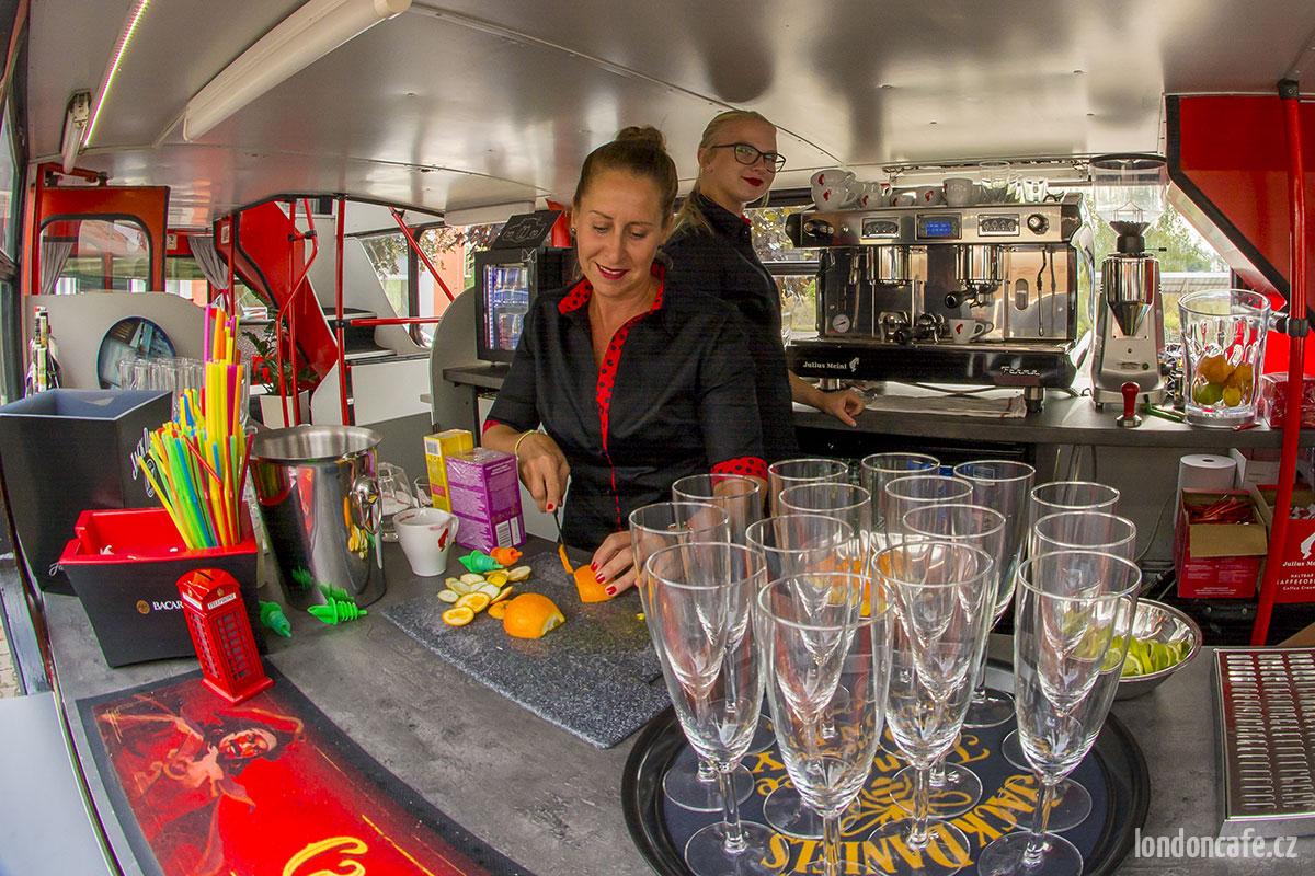 londoncafe-partybus-kavarna-dvoupatrovy-autobus-na-party